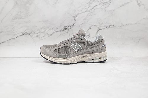 NB2002 灰色 货号:ML2002RC 十年前的经典鞋身设计,机能与材质兼具,至今设计线条差异不大,同样采用 N-ergy 的中底缓震科技  O11-6 G25