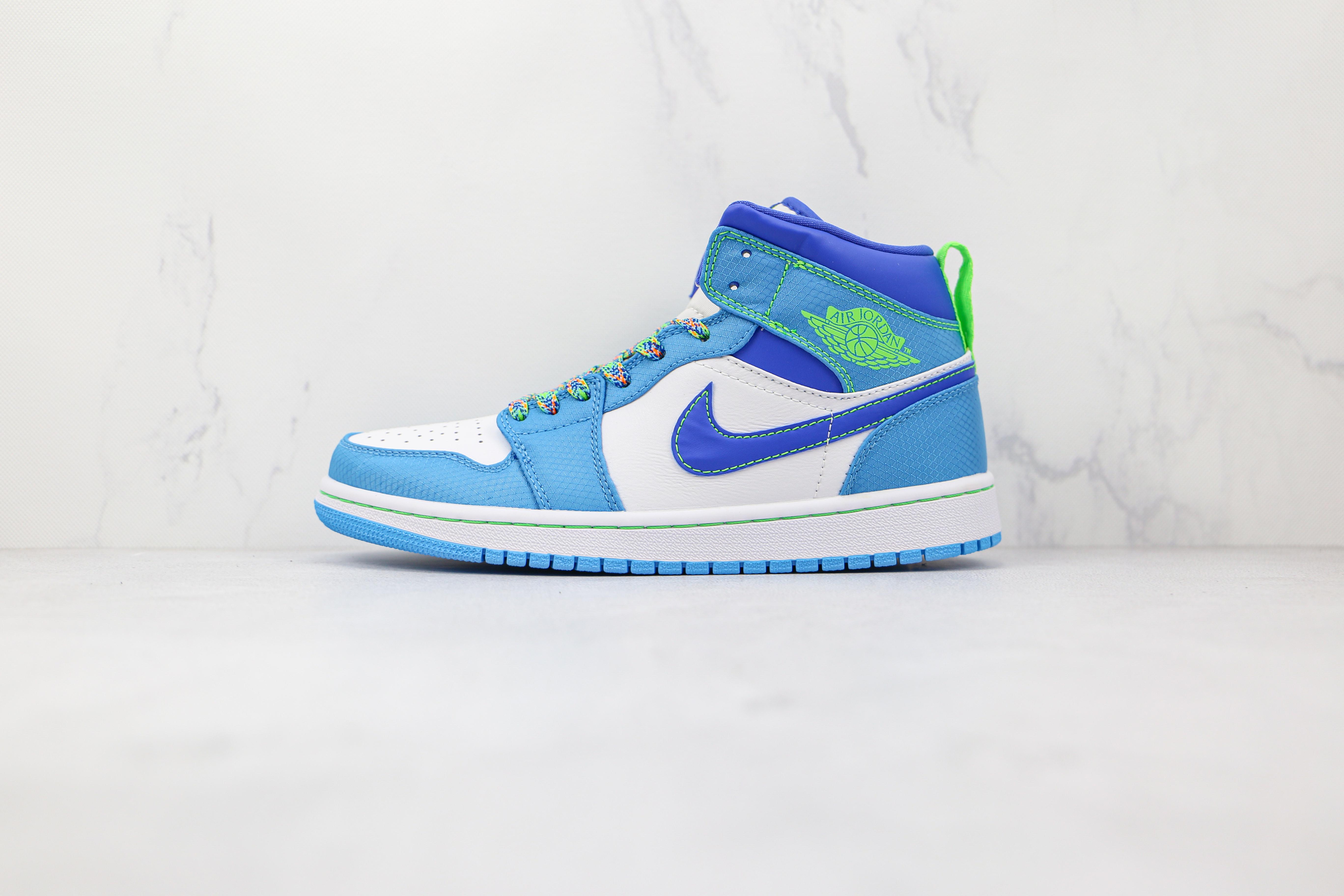 乔丹 AJ1 中帮 白蓝绿色 货号:DA8010 400 Air Jordan 1 Mid GS 这款有趣的中帮Air Jordan 1底部饰有白色皮革   U17