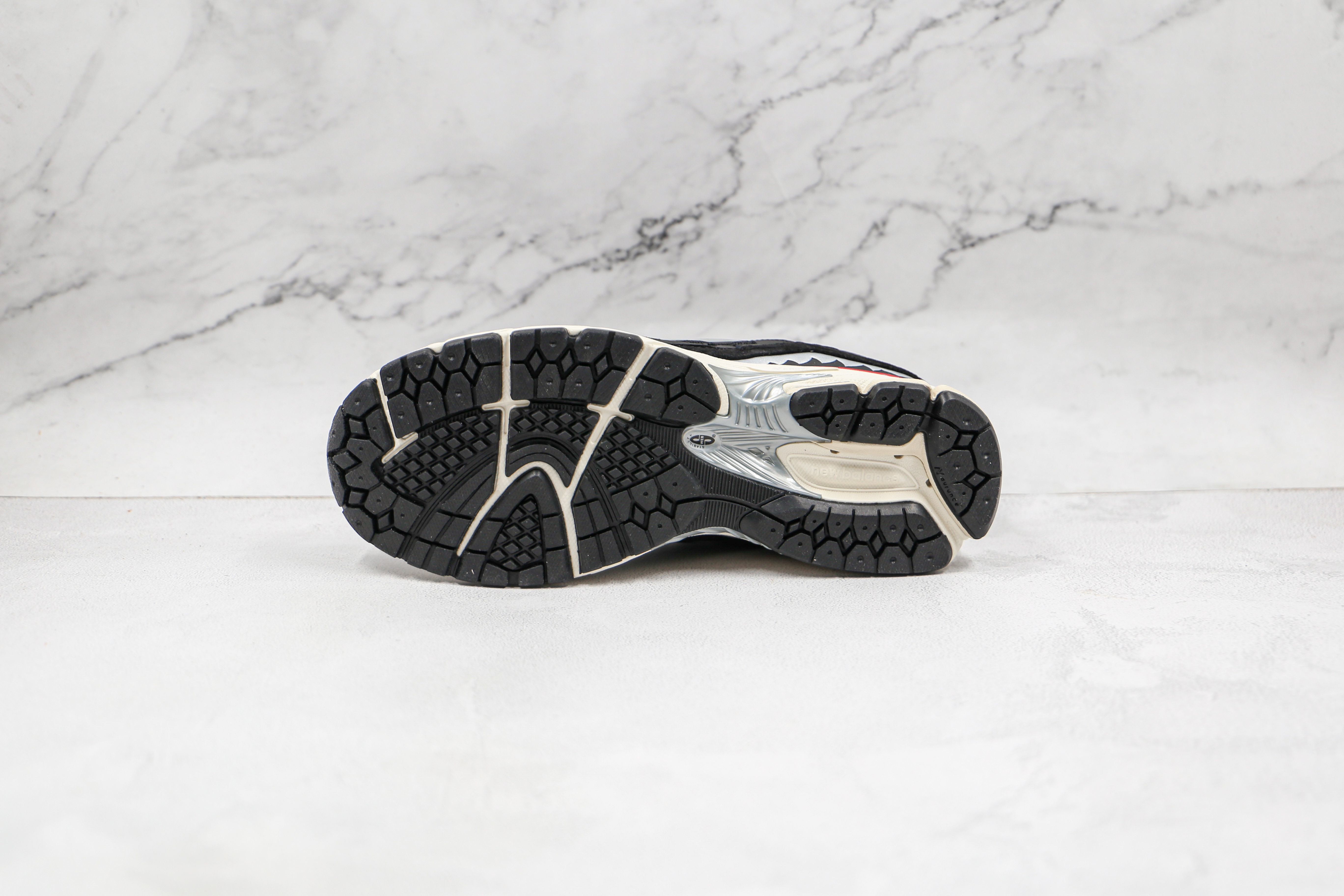 原盒 NB2002  黑迷彩 十年前的经典鞋身设计,机能与材质兼具,至今设计线条差异不大 货号:M2002RBF 同样采用 N-ergy 的中底缓震科技      M23-5