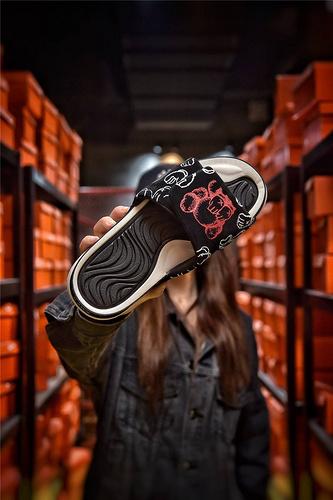 KAWS x Air Jordan 4 Cool Grey 卡通风格 全网正确麂皮 匠心品质原鞋1:1开模 3层贴合大底 海玻璃缓震鞋垫 夜光Aj乔丹联名酷黑配色