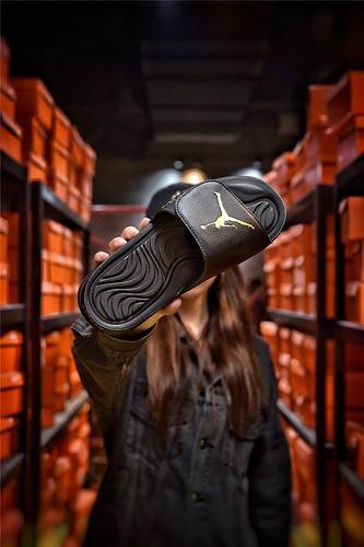 Jordan Hydro XI retro 乔丹5代系列拖鞋 匠心品质原鞋1:1开模 3层贴合大底 海玻璃缓震鞋垫 底采用进口一次MD原料成型 黑金飞人配色
